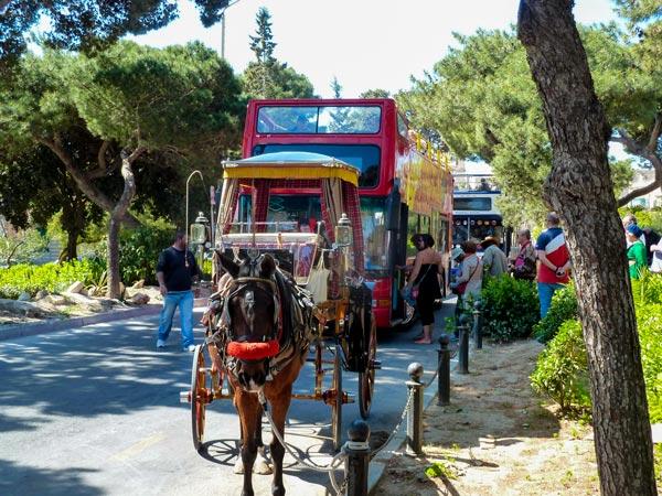 aankomstplaats toeristen vlak voor de stadspoort van mdina malta