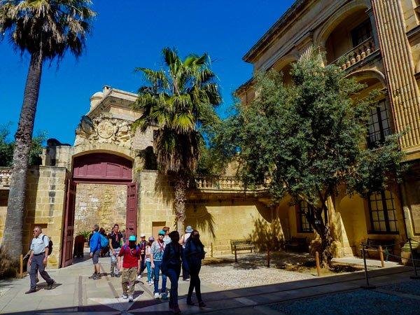 binnenplein vlakbij vilhena palace en stadspoort mdina malta