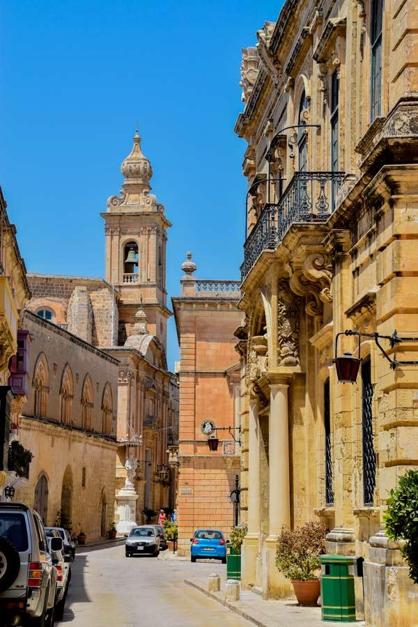carmelite kerk in de achtergrond mdina oudste stad van eiland malta