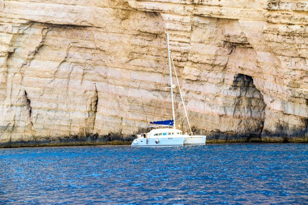 catamaran aan kliffen van sannat gozo eiland