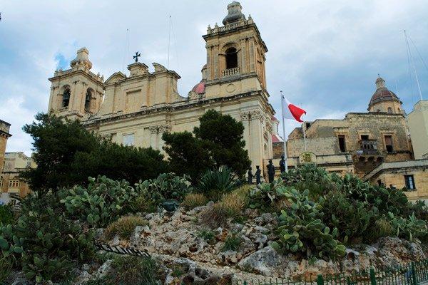 kerk van st lawrence en vrijheidsmonument vittoriosa birgu the three cities malta
