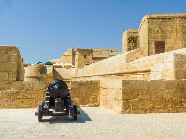 citadel victoria rabat kanon op bastion aan toegangspoort gozo eiland