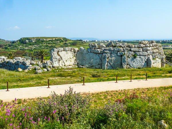 ggantija tempels in xaghra met uitzicht op malta in verte gozo eiland