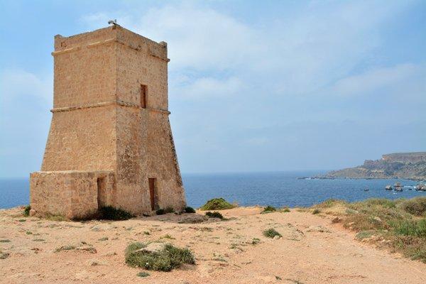 toren ghajn tuffieha in baai ghajn tuffieha noorden van malta