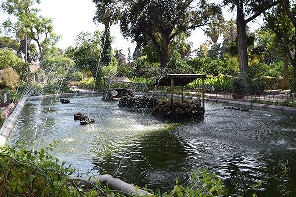 gigantische vijver met fonteintjes in san anton tuinen centraal malta