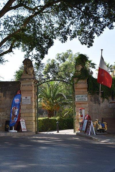 hoofdingang van de san anton tuinen centraal malta