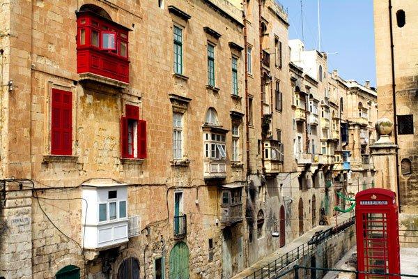 hoofdstad malta valletta typische bouwstijl huizen met balkons