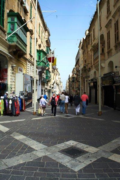 hoofdstad malta valletta winkelende mensen in republic street