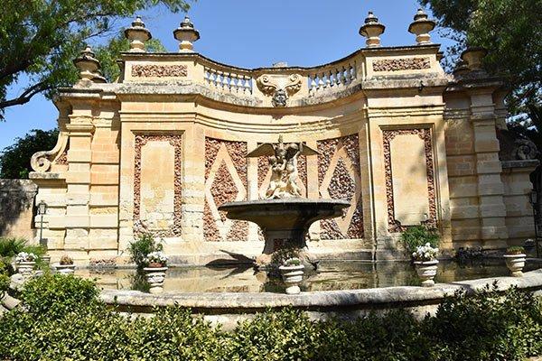 imposante fontein in san anton tuinen