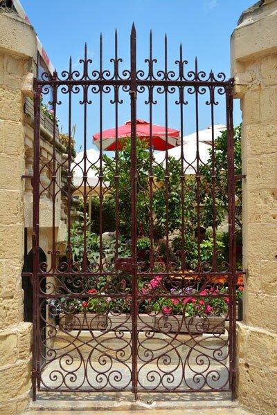 ingang fontanella tea gardens mdina centraal malta