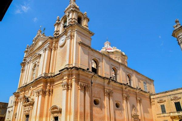 kathedraal van st paul voorkant en zijgevel mdina malta