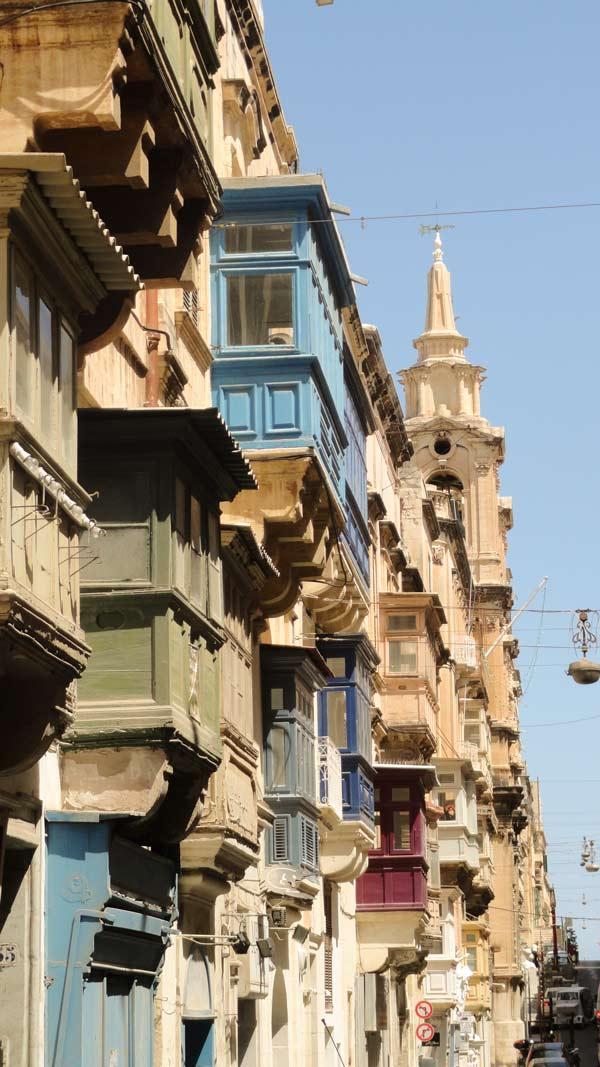 kleurrijke huizen met typische houten balkonnetjes in valletta