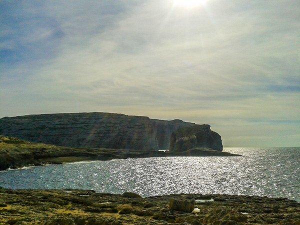 klimaat gozo winter december zonnestralen fungus rock dwejra bay nabij azure window
