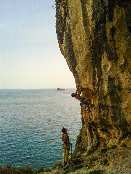 klimaat malta mei actieve toeristen rots klimmen learning to fly cave 6c route ghar lapsi siggiewi filfla