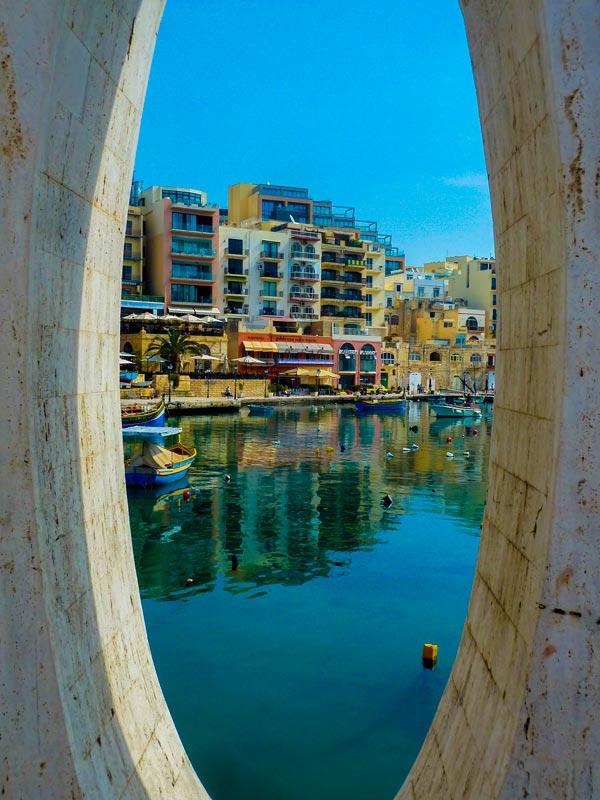 o van het liefdesmonument baai van spinola malta