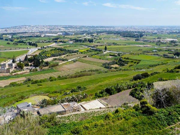 prachtig uitzicht op het eiland malta vanop de omwallingen van mdina malta