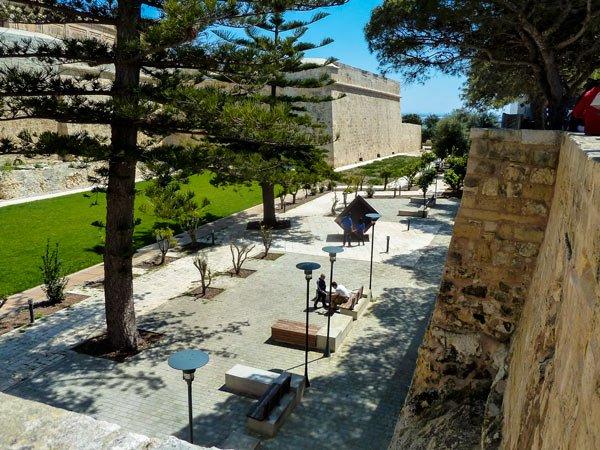ruime en verzorgde tuinen in de grachten beneden de omwallingen van mdina malta