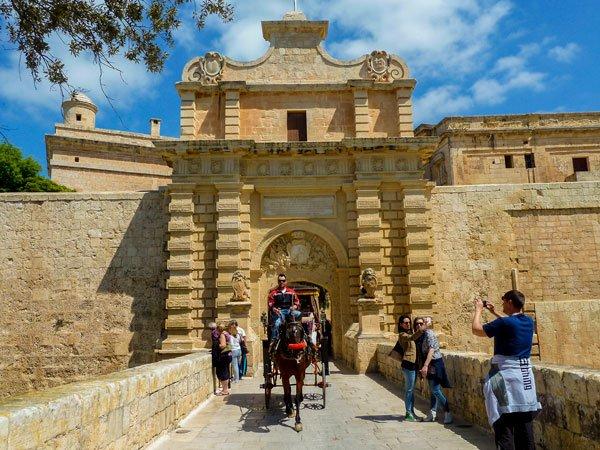 ruiter met paard op de brug van mdina malta