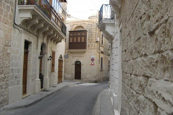smal straatje in hal lija centraal malta