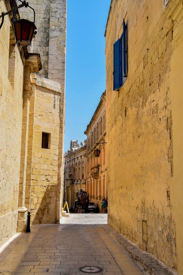 smal straatje met schaduw in mdina malta