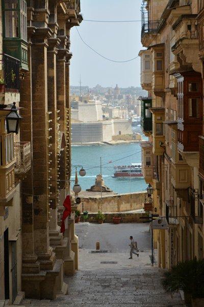 smal straatje met zicht op grand harbour malta hoofdstad valletta