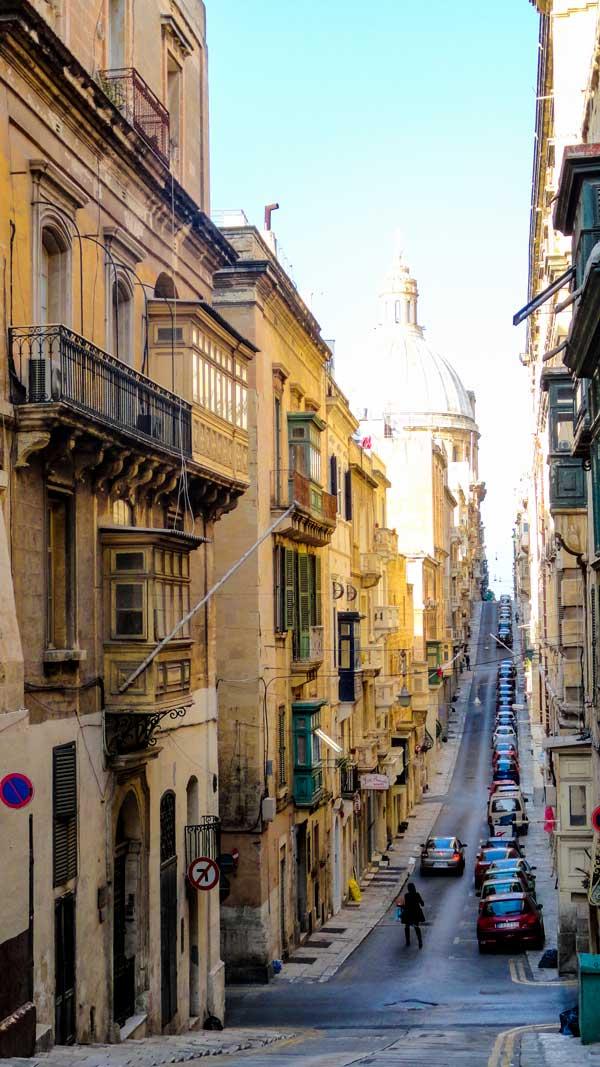 smalle steile straten in valletta hoofdstad maltese eilanden