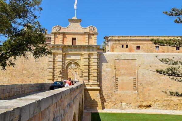 stadspoort en imposante omwallingen van stille stad mdina malta