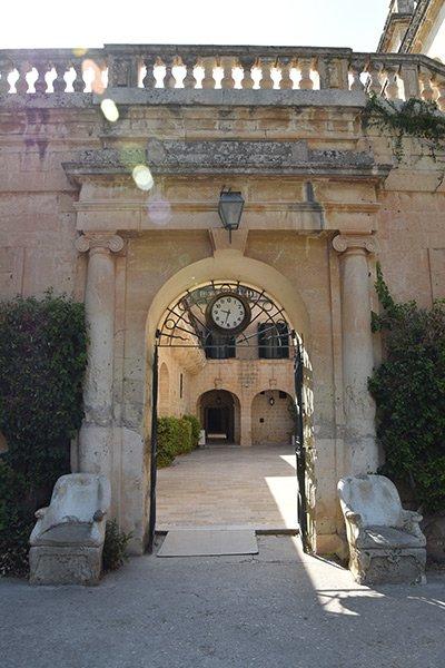statige toegangspoort van san anton palace met stenen zitstoelen links en rechts