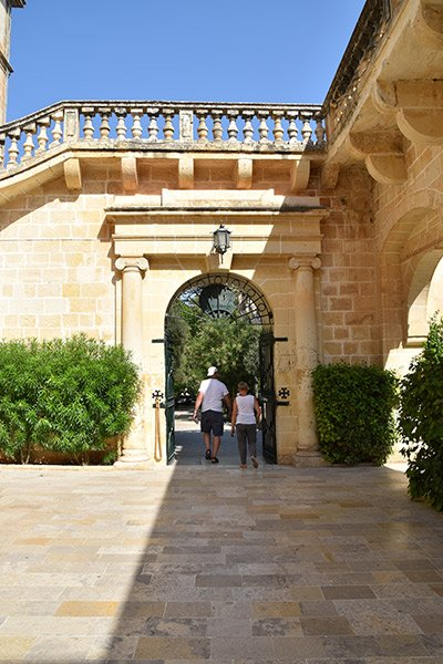 toeristen op verkenning in san anton paleis in san anton tuinen centraal malta