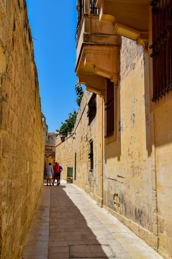 typisch smal verzorgd straatje in het centrum van mdina malta