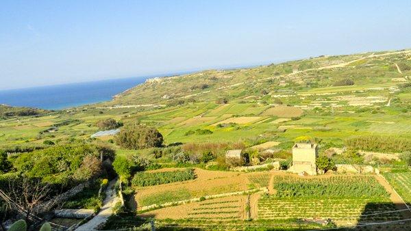uitzicht vanuit xaghra weg bergaf naar ramla bay gozo eiland