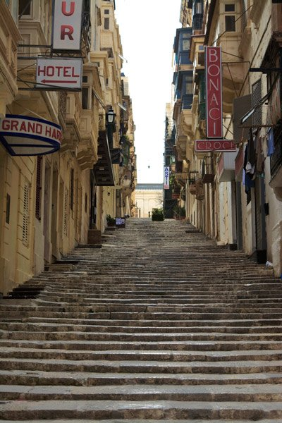 valletta hoofdstad malta typische steile trappen