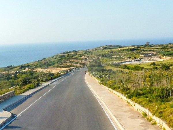 vanuit nadur weg bergaf naar ramla bay mooi uitzicht bankjes langs weg gozo eiland