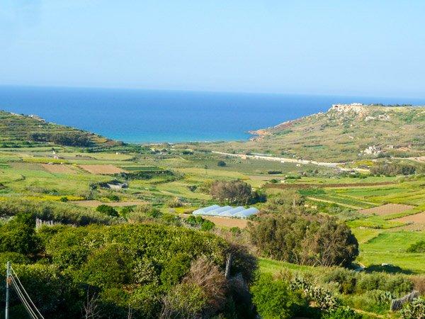 vanuit xaghra weg bergaf naar ramla bay gozo eiland