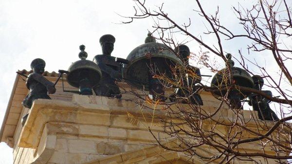 vier bronzen beelden van moorse slaven die de bellen luiden kloktoren manuel pinto de fonseca valletta