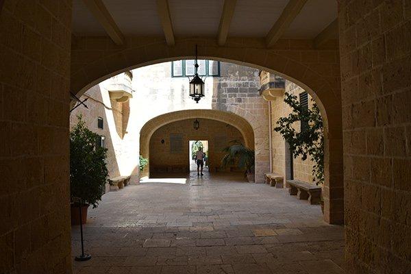 wandelgang met verkoelende schaduw in het san anton paleis in de san anton tuinen malta