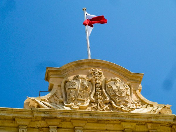 wapenschilden en maltese vlag op auberge de castille et portugal et de léon hoofdstad malta valletta