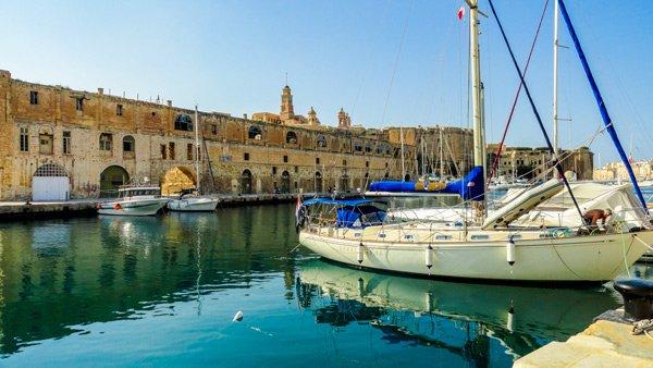 zeilboot in dockyard creek zicht op senglea the three cities