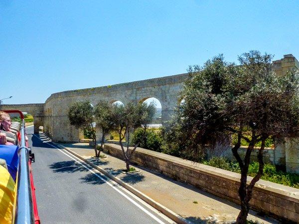 aquaduct vanuit gharb richting victoria rabat gozo bezienswaardigheden
