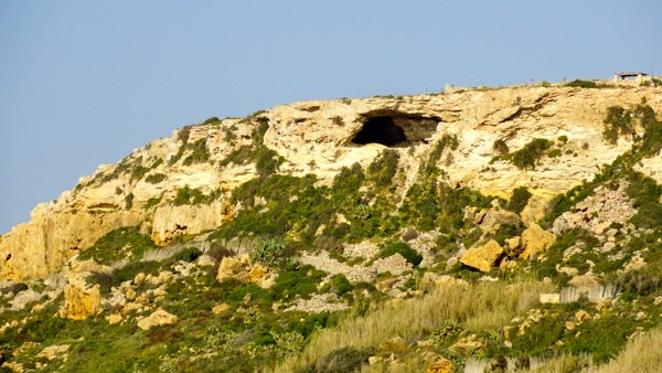 baai van ramla grot in rotsflank gozo eiland