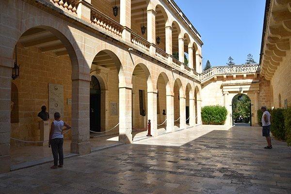 binnenkant san anton paleis galerijen in twee verdiepingen in san anton tuinen malta