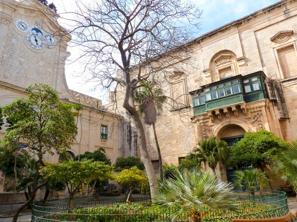 binnentuin prins alfred in paleis van de grootmeesters valletta malta