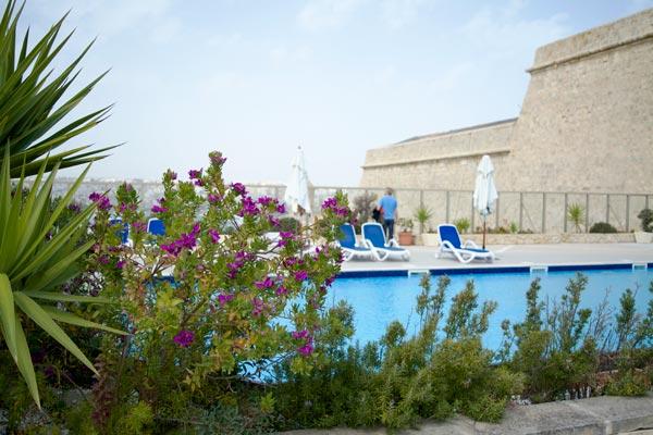 bloemen en planten zwembad hotel phoenicia malta