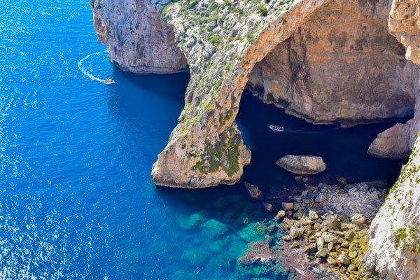blue grotto bezienswaardigheden malta bovenaanzicht kliffen
