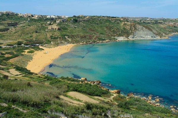 bovenaanzicht ramla bay gozo eiland malta