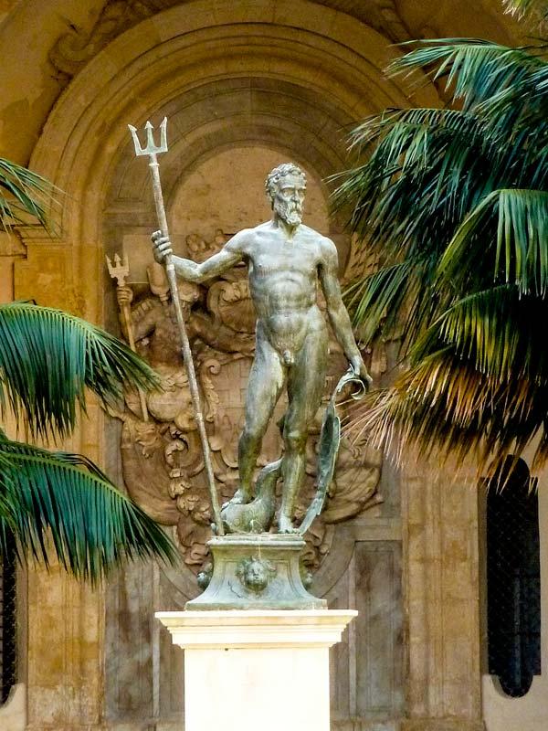 bronzen standbeeld van zeegod neptunus paleis van de grootmeesters valletta malta
