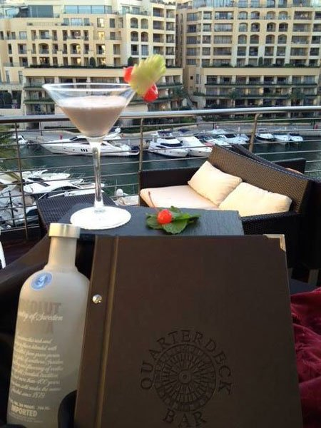 cocktail op basis van vodka quarterdeck bar hilton malta hotel