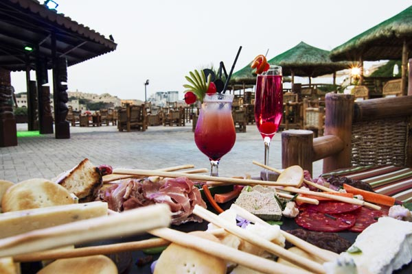 cocktails en versnaperingen tiki village grand hotel excelsior malta