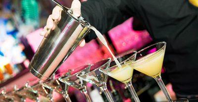 cocktails in eikenhouten lounge ruimte canifor hotel malta