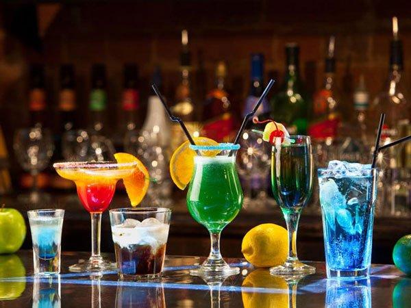 cocktails verkrijgbaar bij merkanti beach club hilton malta hotel